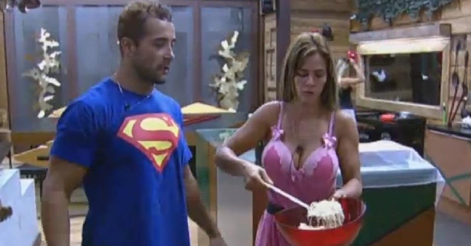 29.set.2013 - Marcos Oliver observando Denise Rocha fazer o jantar