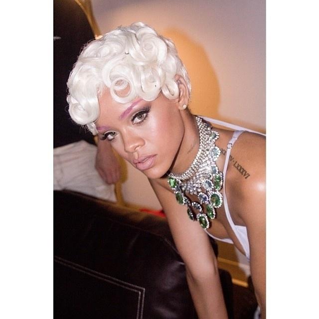 """29.set.2013 -  A cantora Rihanna aparece com peruca loira e sobrancelha pink durante gravação do novo clipe, """"Pour It Up"""""""