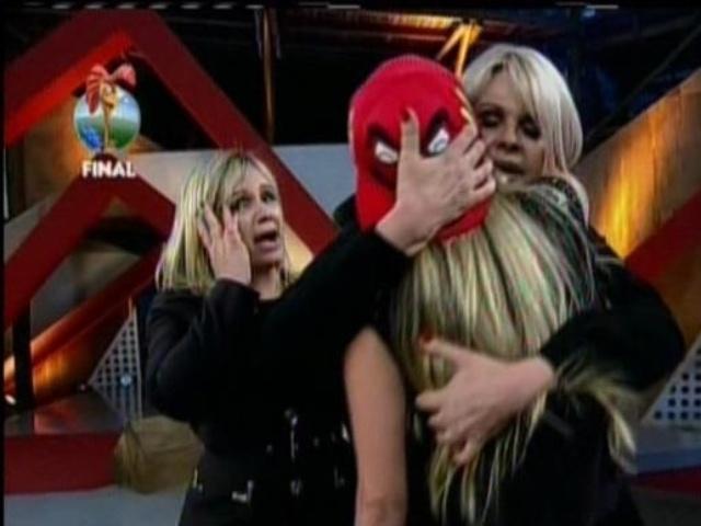 29.set.2013 - Bárbara Evans abraçando a mãe, Monique Evans