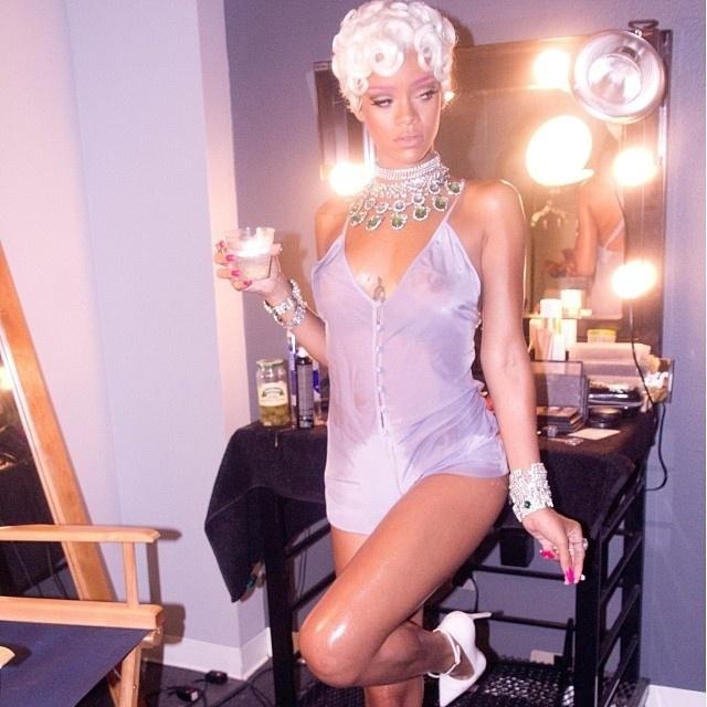 29.set.2013 -  Rihanna fuma durante gravação de novo clipe. A cantora abusou, mais uma vez, da sensualidade e apareceu de peruca loira, sobrancelha pink e uma espécie de camisola transparente