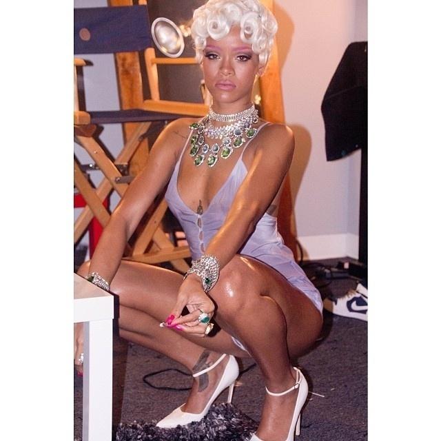 """29.set.2013 -  Rihanna fuma e sensualiza durante gravação do clipe da música """"Poor It up"""". A cantora abusou, mais uma vez, da sensualidade e apareceu de peruca loira, sobrancelha roxa e uma espécie de camisola transparente"""