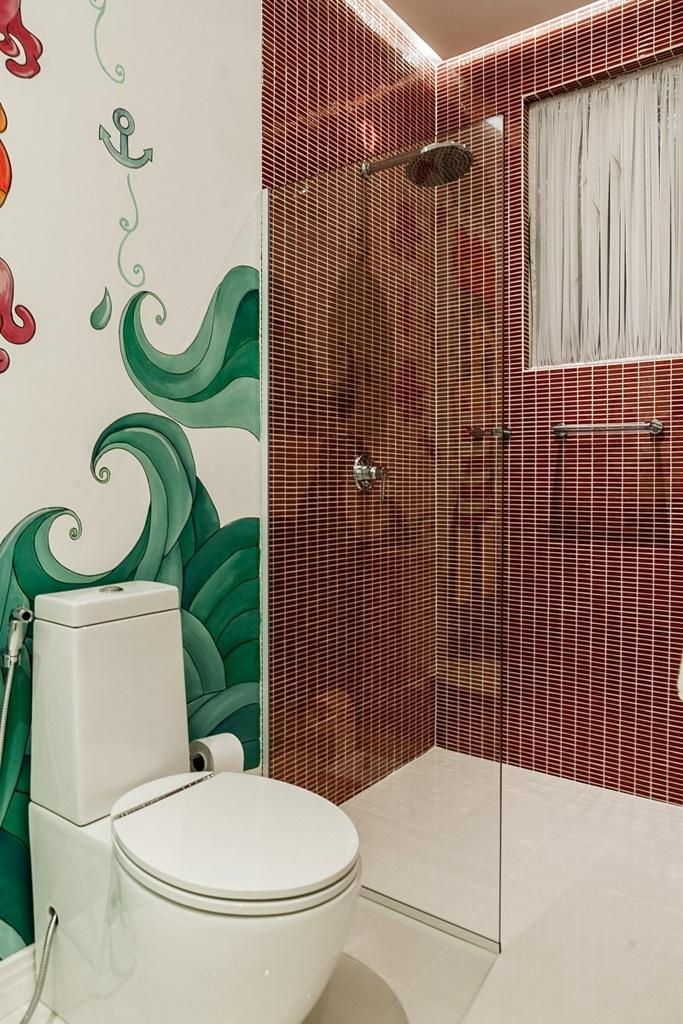 O box fixo, da Interbox (www.interbox.com.br), se adapta ao projeto do banheiro. Estruturado em perfis de alumínio e panos de vidro temperado incolor (8 mm), o box é ideal para banheiros de uso coletivo. O equipamento tem valore variável de acordo com o projeto solicitado. Na foto, projeto da arquiteta Aline Antoniassi