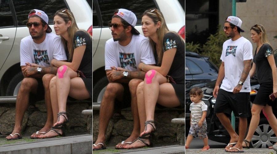 1.out.2013 - Luana Piovani fez passeio em família pelo bairro do Leblon, zona sul do Rio. A atriz estava acompanhada do marido, o surfista Pedro Scooby, e do filho, Dom