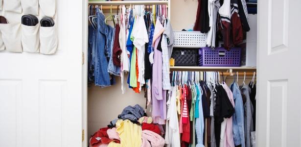 Perde-se muito tempo na hora de se ajeitar se as peças estão mal distribuídas no guarda-roupa bagunçado