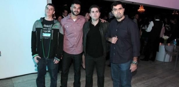 Renato (o terceiro da esquerda para a direita) foi encontrado morto em seu apartamento
