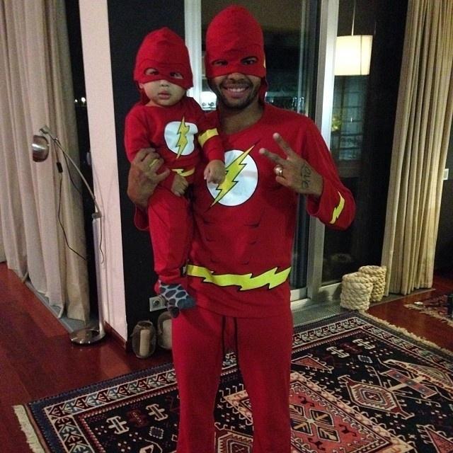 2.out.2013 - Dani Souza, ex-mulher Samambaia, divulgou uma foto onde aparece o marido, o jogador Dentinho, e o filho, Bruno Lucas, vestidos de super-heróis