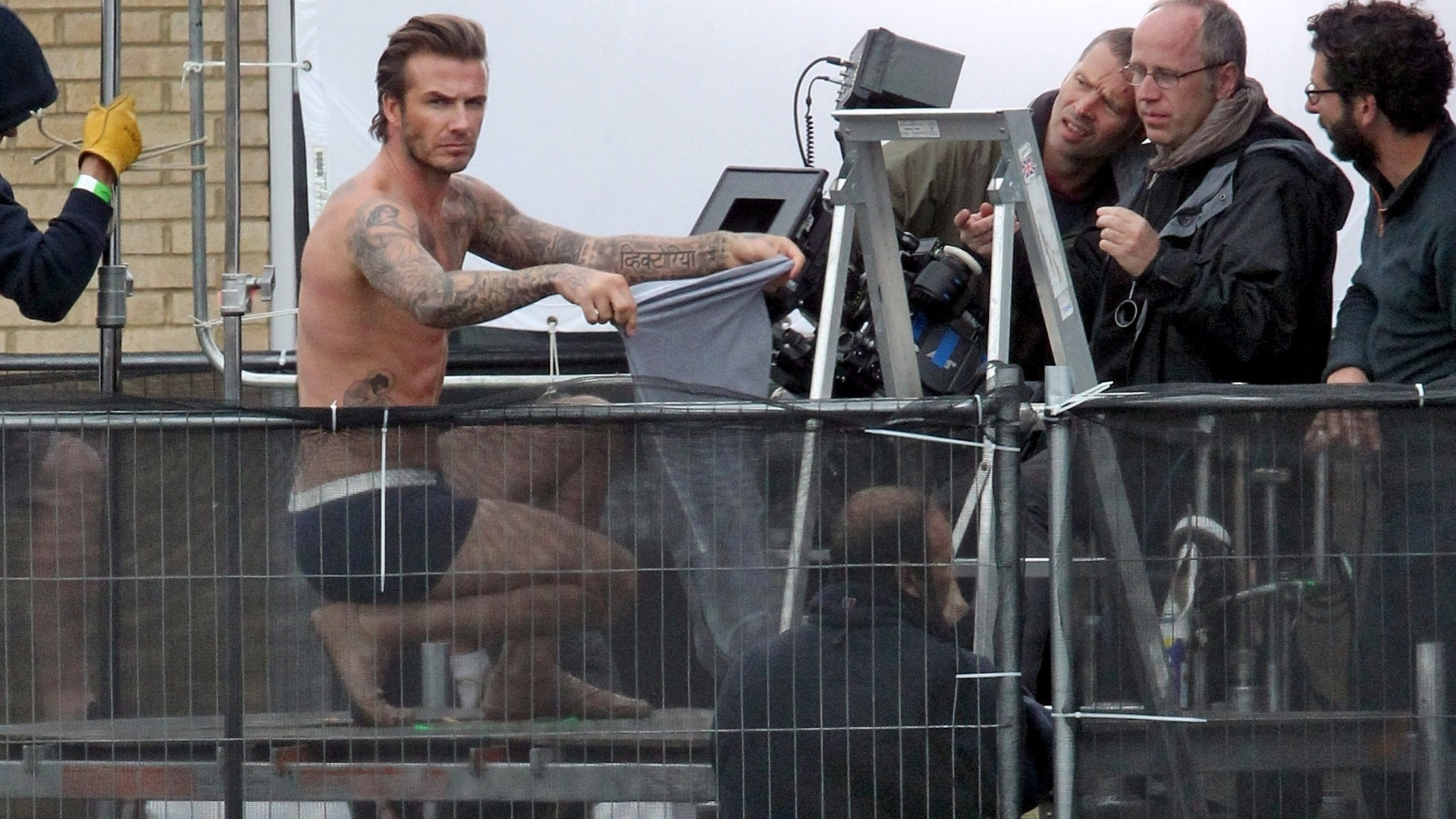 2.out.2013 - David Beckham fica só de cueca ao gravar um novo comercial para a marca H&M, que deve estrear em fevereiro de 2014. O ex-jogador, que continua em boa forma, aparece tirando a camisa, arrumando a cueca e correndo no telhado da cervejaria Old Trumam Brewery, em Brick Lane, Londres