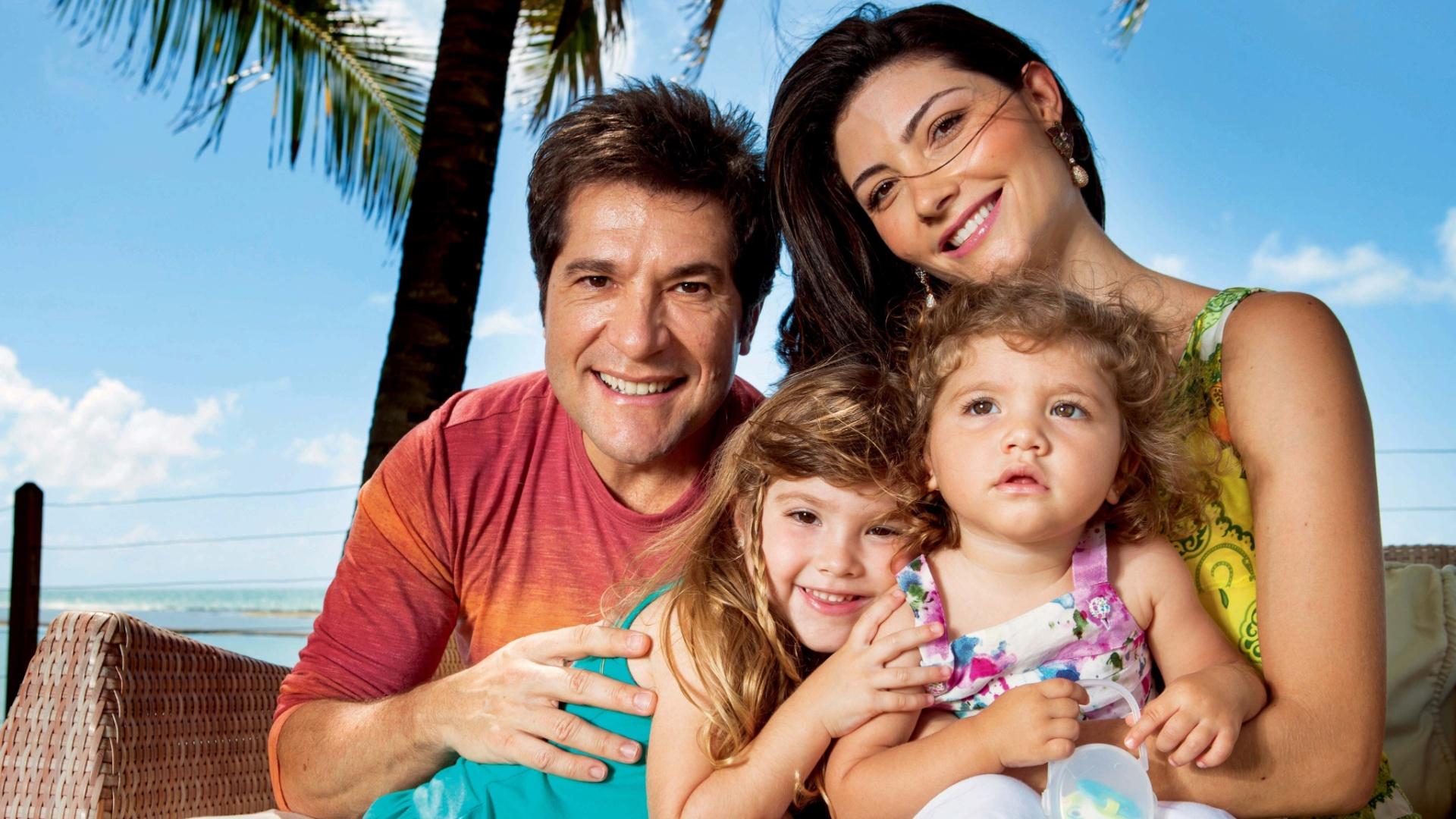 O cator Daniel posa ao lado da mulher, Aline de Pádua, e das filhas Lara e Luiza