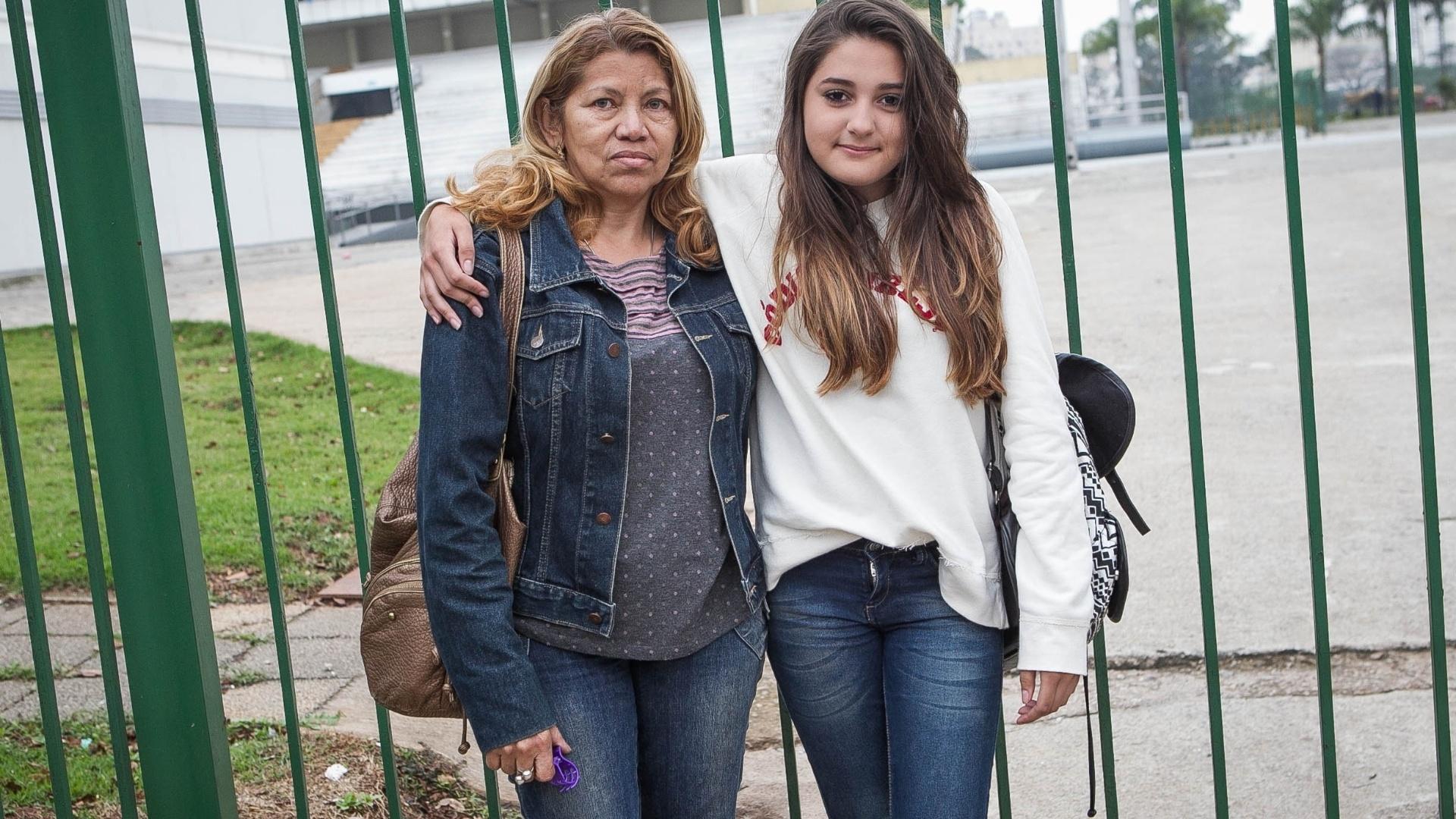 2.out.2013 - A mãe Cleonice Lucas acompanha a filha Larissa, de 14 anos, na porta do sambódromo do Anhembi para esperar a chegada do show de Justin Bieber