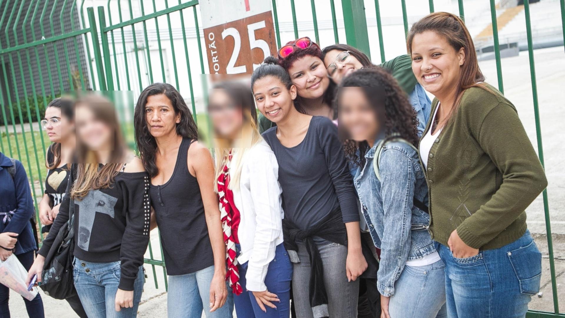 2.out.2013 - Fãs de Justin Bieber mais a mãe Noedna Macedo fazem plantão na porta do Anhembi à espera do show do cantor que acontece no dia 2 de novembro