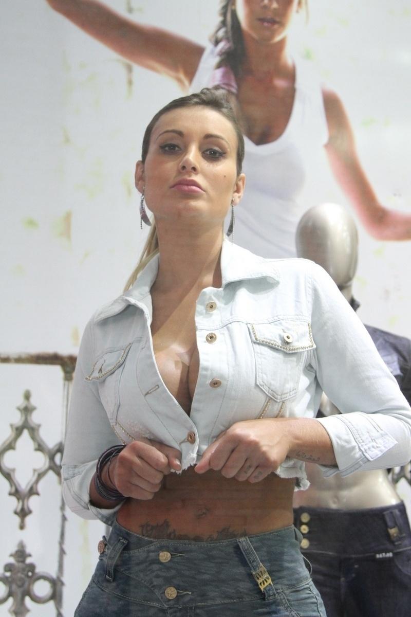 3.out.2013 - A ex-Fazenda e vice Miss Bumbum Andressa Urach chamou atenção ao fazer topless em uma loja localizada no Brás, em São Paulo