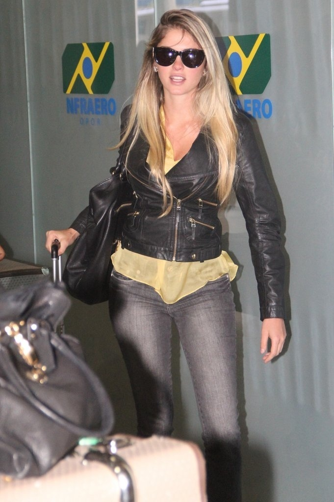 3.out.2013 - Bárbara Evans desembarca no Aeroporto Santos Dumont depois de vencer