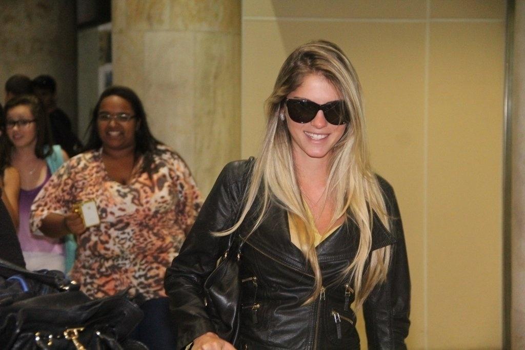 3.out.2013 - Bárbara Evans desembarca sorridente no Aeroporto Santos Dumont, no Rio, após vencer