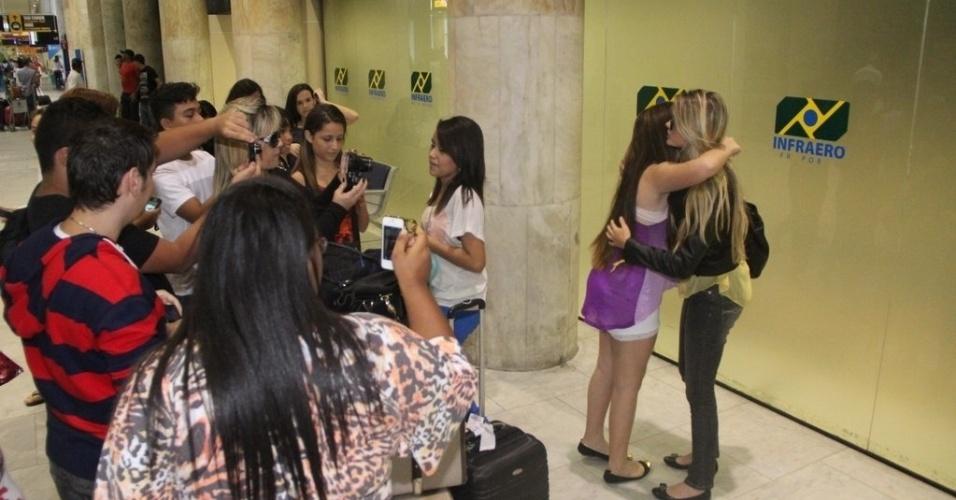3.out.2013 - Bárbara Evans recebeu abraço de fãs no saguão do Aeroporto Santos Dumont
