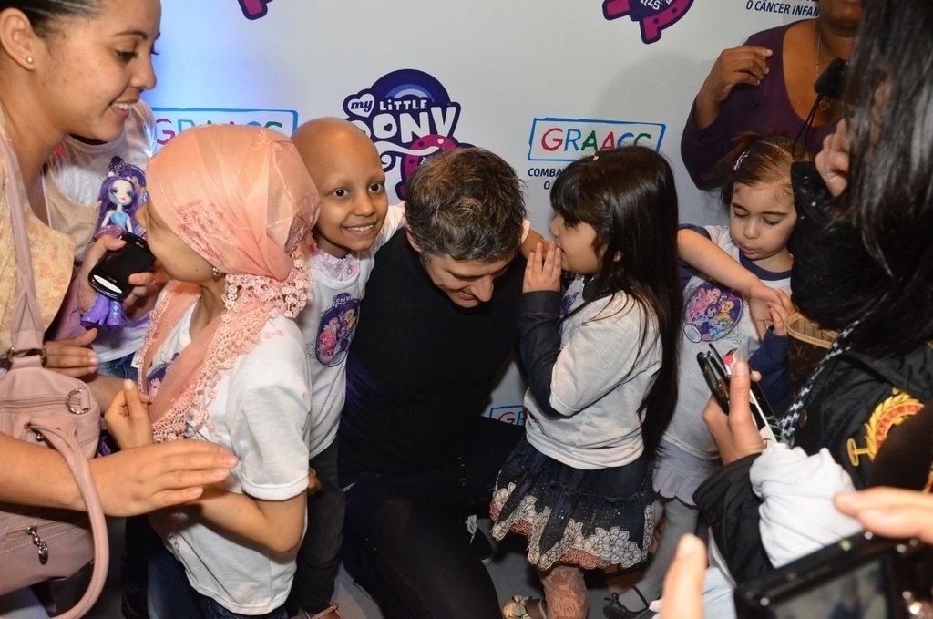 3.out.2013 - Crianças tietam Reynaldo Giannechini em evento da GRAACC (Grupo de Apoio ao Adolescente e à Criança com Câncer) com a Hasbro, que terá a exibição especial do filme