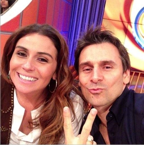 3.out.2013- Murilo Rosa faz biquinho ao lado de Giovanna Antonelli nos bastidores do