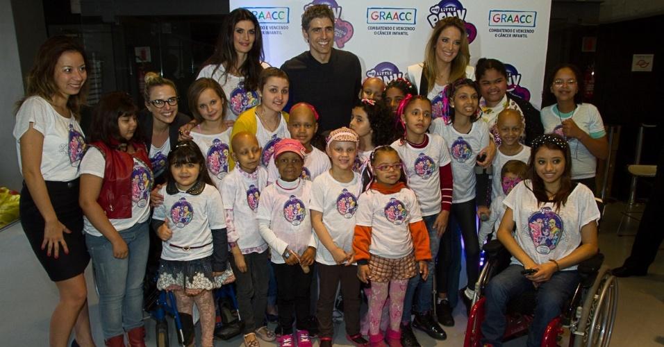 3.out.2013 - Nathalia Rodrigues, Reynaldo Giannechini, Isabella Fiorentino e Ticiane Pinheiro posam ao lado de crianças atendidas pelo GRAACC no lançamento do filme