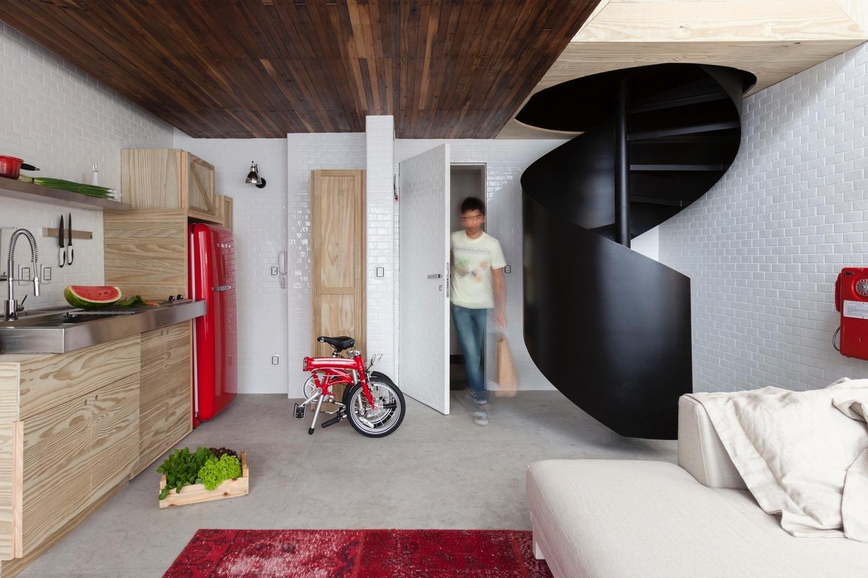 restaurantes. Uma escada (à esq.) metálica em espiral (Serralheria #B21929 1500 1000