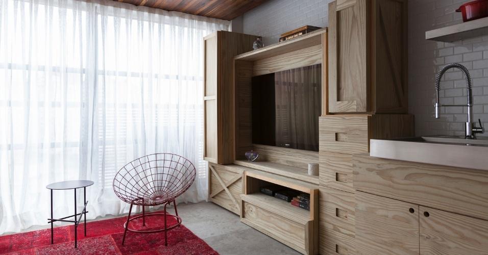 O tampo em aço inox (à esq.), da Mekal, para cozinha foi feito sob medida e se apoia sobre uma das caixas que organizam espaços e funções da área social do duplex de apenas 36 m², projetado pelo arquiteto Alan Chu. São esses caixotes que