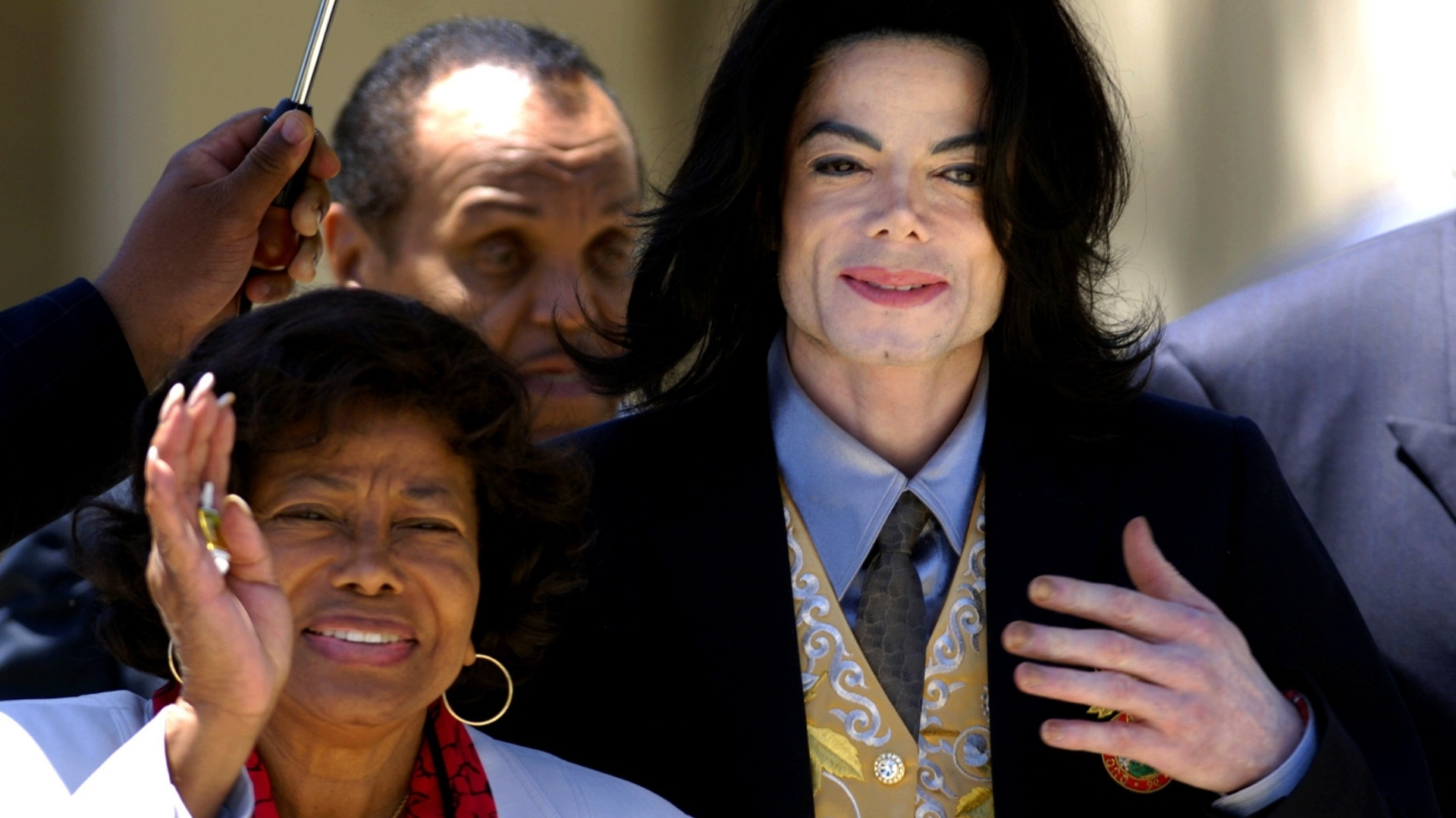25.mai.2005 - Katherine Jackson e Michael Jackson deixam tribunal de Santa Barbara