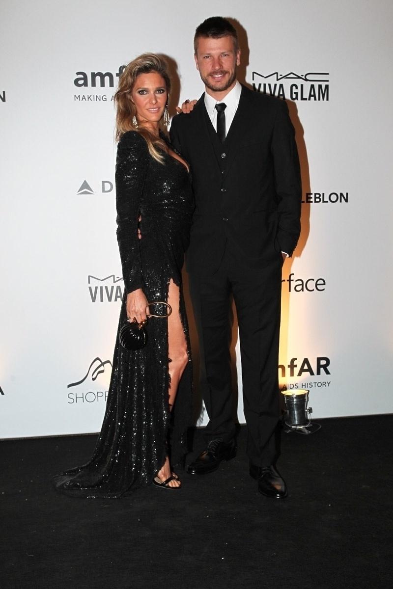 4.out.2013 - Fernanda Lima e Rodrigo Hilbert prestigiam o baile da amfAR, no Rio