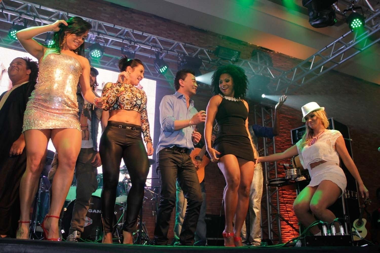 05.out.2013 - A ex-BBB Kelly Medeiros, Scheila Carvalho, Paulinho Niyama, Simone Sampaio e Fani Pacheco dançam durante a festa de aniversário do empresário em uma casa noturna de São Paulo.