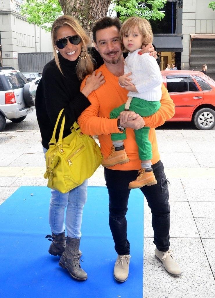 05.out.2013 - Adriane Galisteu participa de evento de moda ao lado do filho, Vittorio e do marido, Alexandre Iódice, em São Paulo