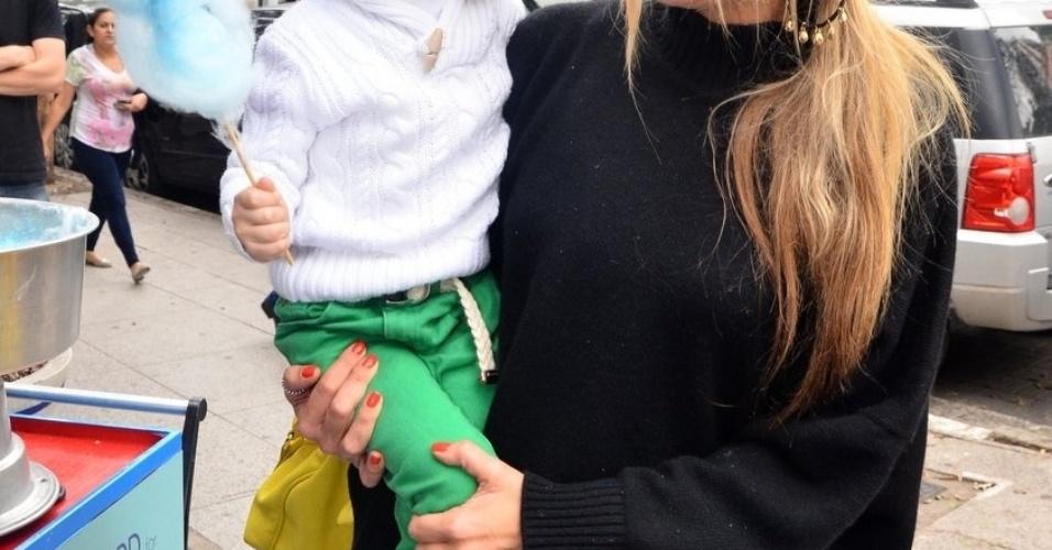 05.out.2013 - Adriane Galisteu posando com o filho, Vittorio, durante um evento de moda em São Paulo