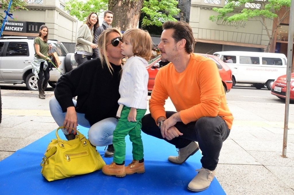 05.out.2013 - Adriane Galisteu posando com o filho, Vittorio e o marido, Alexandre Iódice, durante um evento de moda em São Paulo