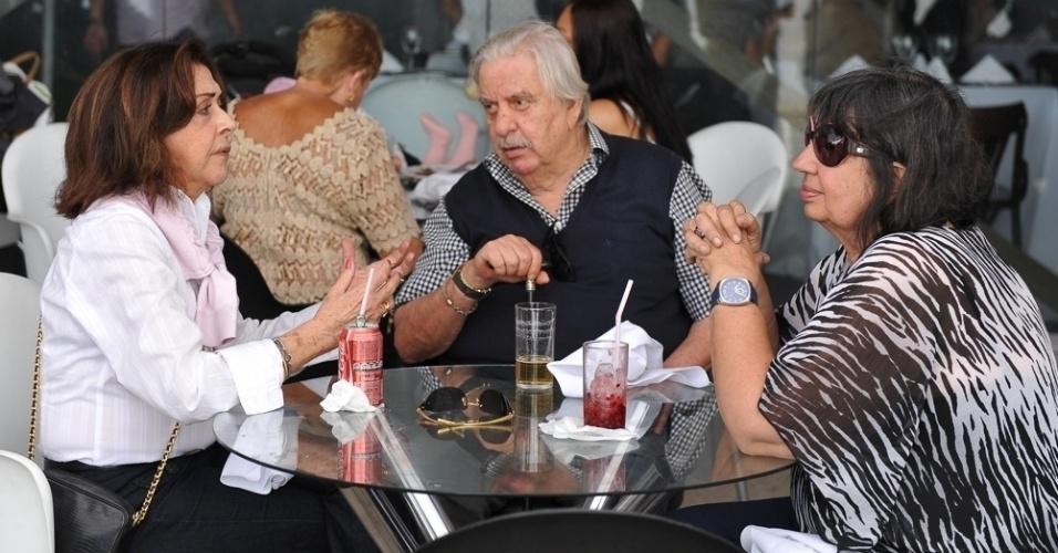 05.out.2013 - Betty Faria e Hugo Carvana se encontram na Feijoada do Festival do Rio no Armazém da Utopia, no Cais do Porto (RJ)