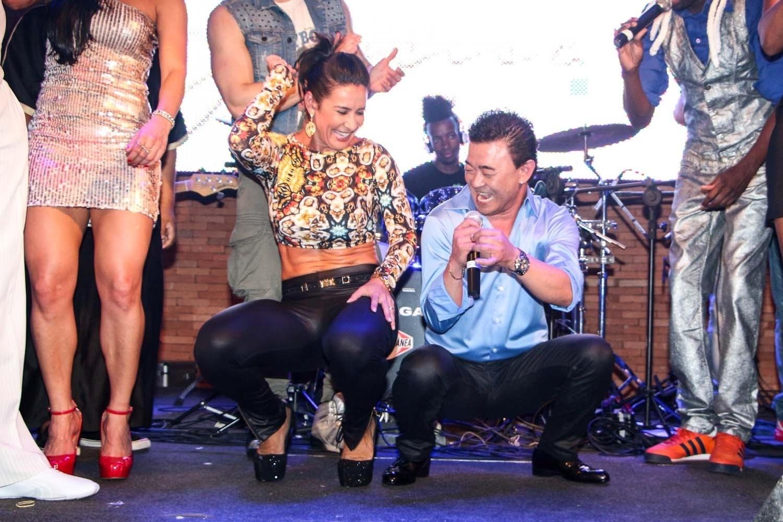 05.out.2013 - Scheila Carvalho e o empresário Paulinho Niyama dançam até o chão em casa noturna de São Paulo