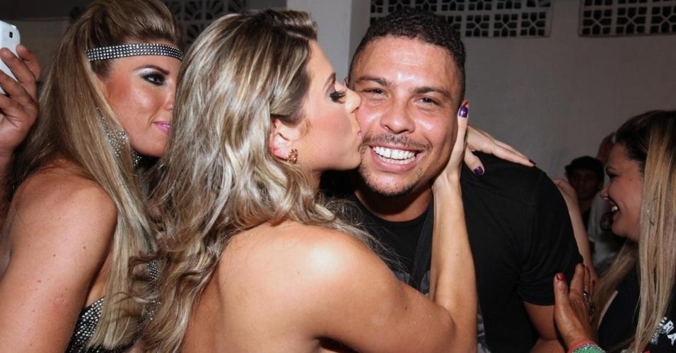 4.out.2013 - A modelo Ana Paula Minerato tieta Ronaldo com um beijo