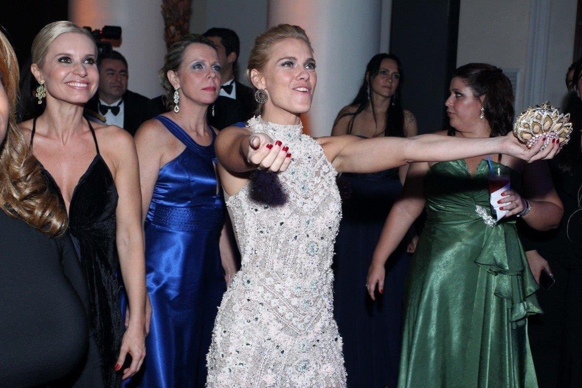 4.out.2013 - Carolina Dieckmann curte show de Preta Gil no baile da amfAR, no Copacabana Palace, no Rio