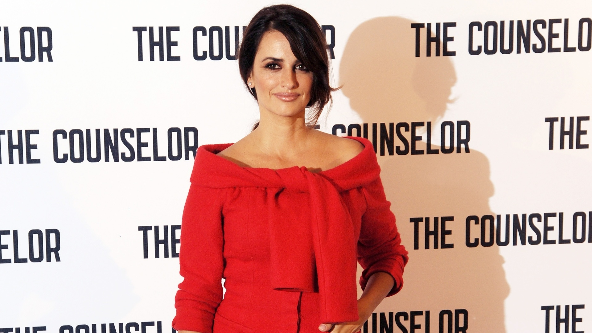 5.out.2013 - Apenas dois meses após dar a luz ao segundo filho, Penélope Cruz apareceu em plena forma no lançamento do filme