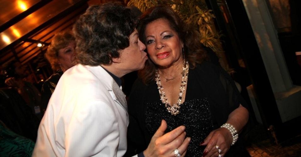 06.out.2013 - Cauby Peixoto beija Ângela Maria durante a exibição do documentário sobre a sua vida no Festival do Rio