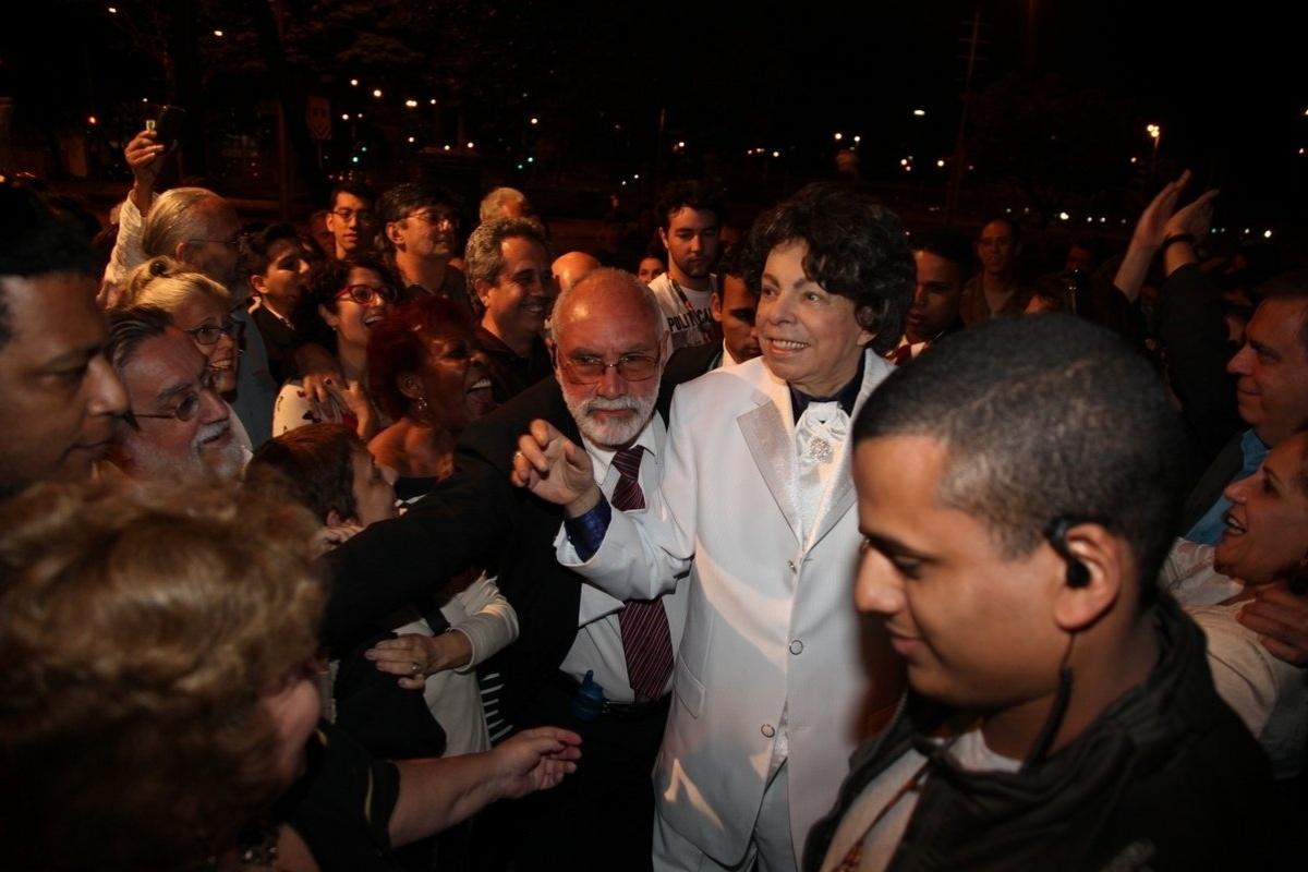 06.out.2013 - Cauby Peixoto recebendo o carinho do público ao chegar para a exibição do documentário sobre a sua vida no Festival do Rio