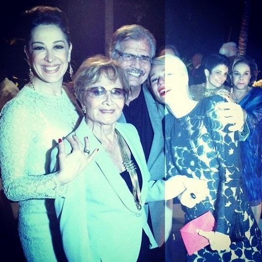 5.out.2013 - Claudia Raia e Mariana Ximenes posam ao lado de Tarcísio Meira e Glória Menezes na comemoração dos 50 anos de casamento dos atores