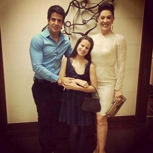 5.out.2013 - Claudia Raia posa ao lado dos filhos, Enzo e Sofia, antes de ir para a comoração das Bodas de Ouro de Tarcísio e Glória