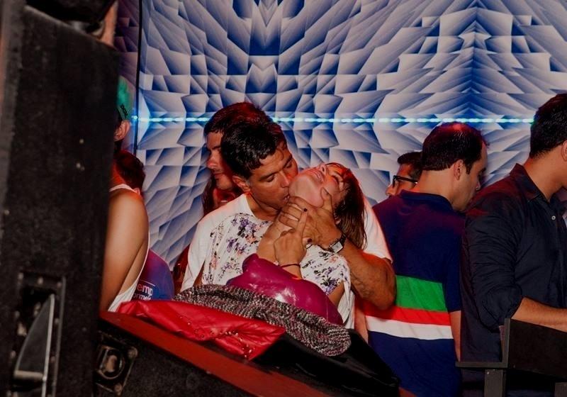 5.out.2013 - Maurício Mattar trocou beijos com a nova namorada, Bianca Andrada, em festa no Rio