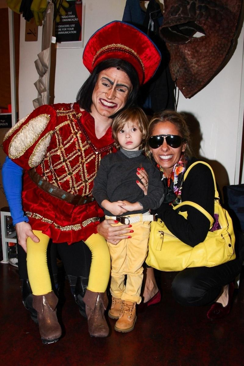 6.out.2013 - A apresentadora Adriane Galisteu leva o filho Vittorio para visitar os camarins e conhecer os personagens do espetáculo