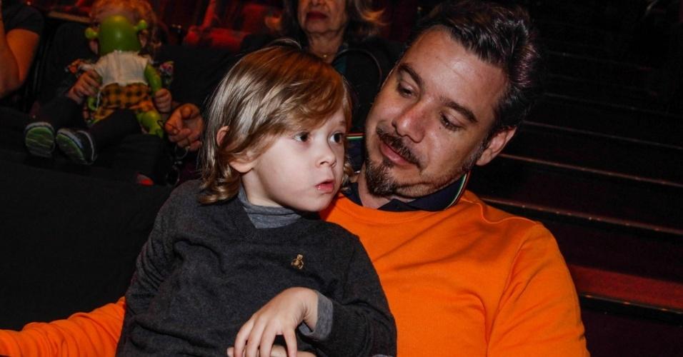 6.out.2013 - O empresário Alexandre Iódice, marido de Galisteu, segura o filho Vittorio no colo durante a apresentação do espetáculo