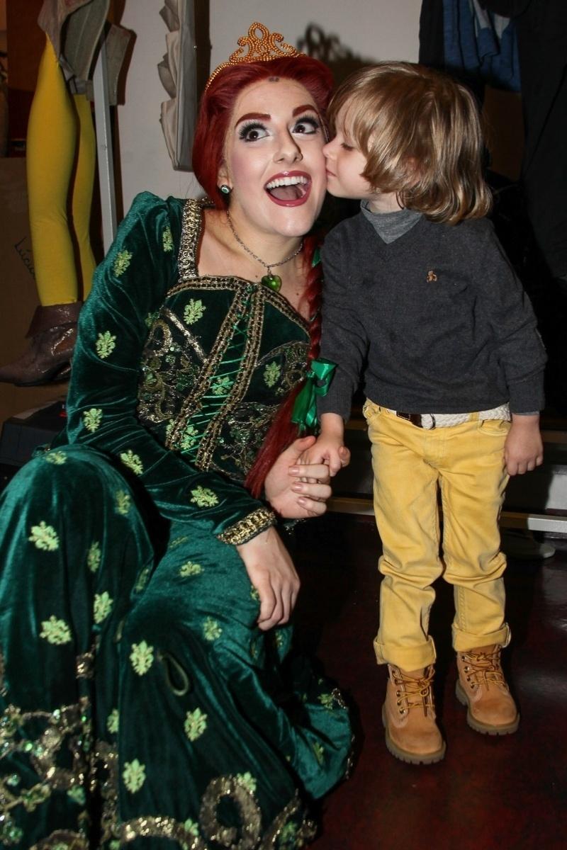 6.out.2013 - Vittorio beija a personagem Fiona nos camarins do espetáculo em São Paulo