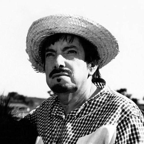 """""""O Jeca Macumbeiro"""", de  Amácio Mazzaropi e Pio Zamuner (1975). Pirola (Mazzaropi) é um pobre caboclo que vive na fazenda do patrão, coronel Januário (Jofre Soares), morando num casebre com o filho Zé (José Mauro Ferreira). Um dia Pirola recebe surpreso a visita de um velhinho amigo, que, sentindo-se na hora da morte, leva-lhe de presente um saco cheio de dinheiro. Ingênuo e transtornado, Pirola não sabe o que fazer e acaba confiando a fortuna ao patrão."""