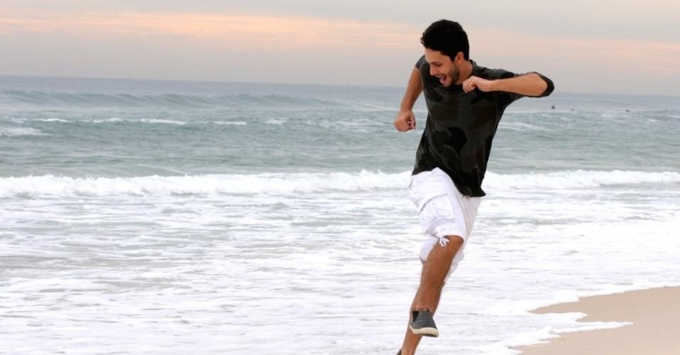 """4.out.2013 - Rainer Cadete posa na praia da Barra, na zona oeste do Rio. O ator interpreta o advogado Rafael em """"Amor À Vida"""", da Globo"""
