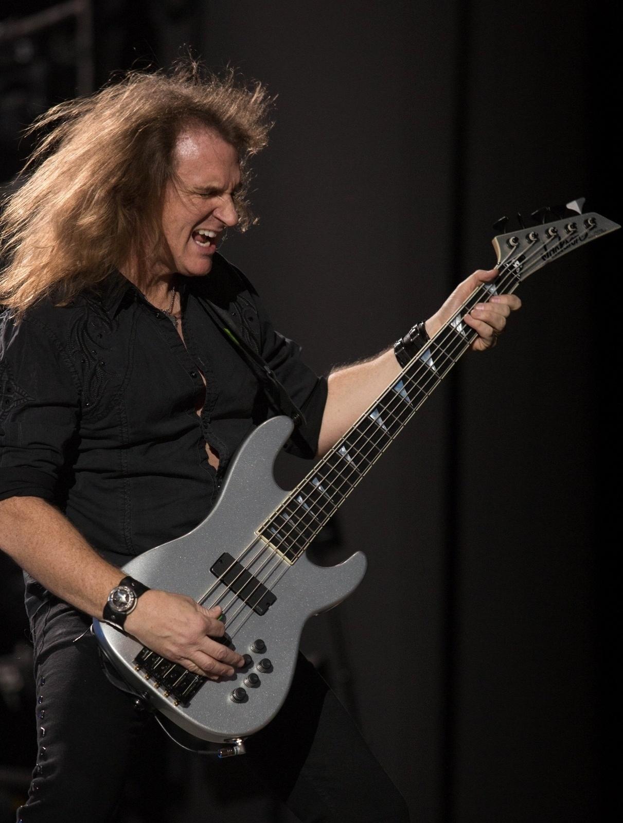 4.out.2013 - David Ellefson, do Megadeath, no show de abertura para o Black Sabbath em Santiago, no Chile. No Brasil, Black Sabbath e o Megadeath se apresentam em Porto Alegre (09/10), São Paulo (11/10), Rio de Janeiro (13/10) e Belo Horizonte (15/10)