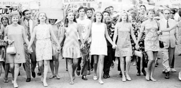 1968 -Atrizes durante a passeata dos cem mil, em protesto contra a ditadura militar no Brasil, no Rio de Janeiro