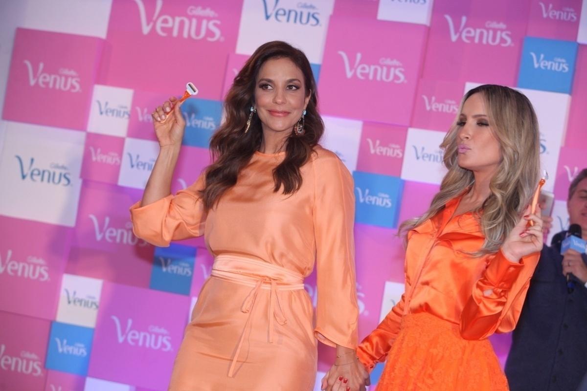 9.out.2013 - Claudia Leitte e Ivete Sangalo falam no lançamento de campanha de um produto de beleza, em São Paulo