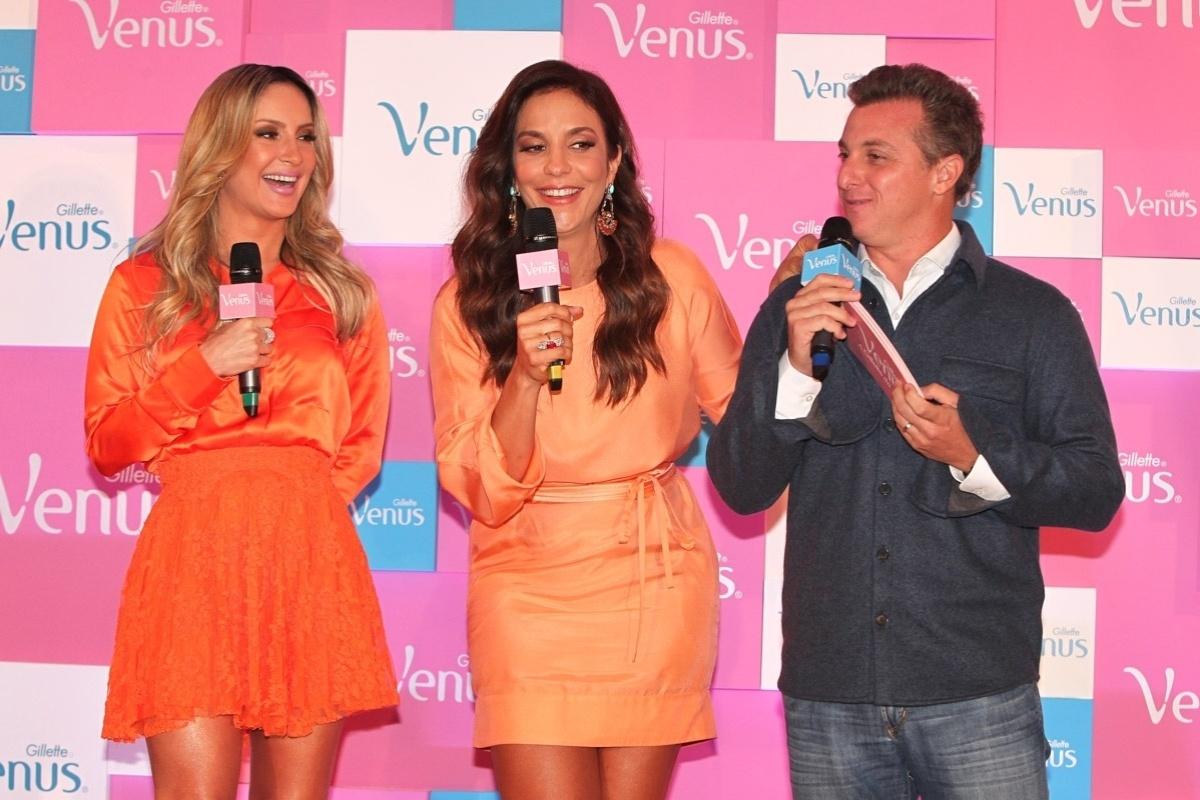 9.out.2013 - Com as pernas de fora, Claudia Leitte e Ivete Sangalo falam com Luciano Huck no lançamento de campanha de um produto de beleza, no WTC Hotel, em São Paulo