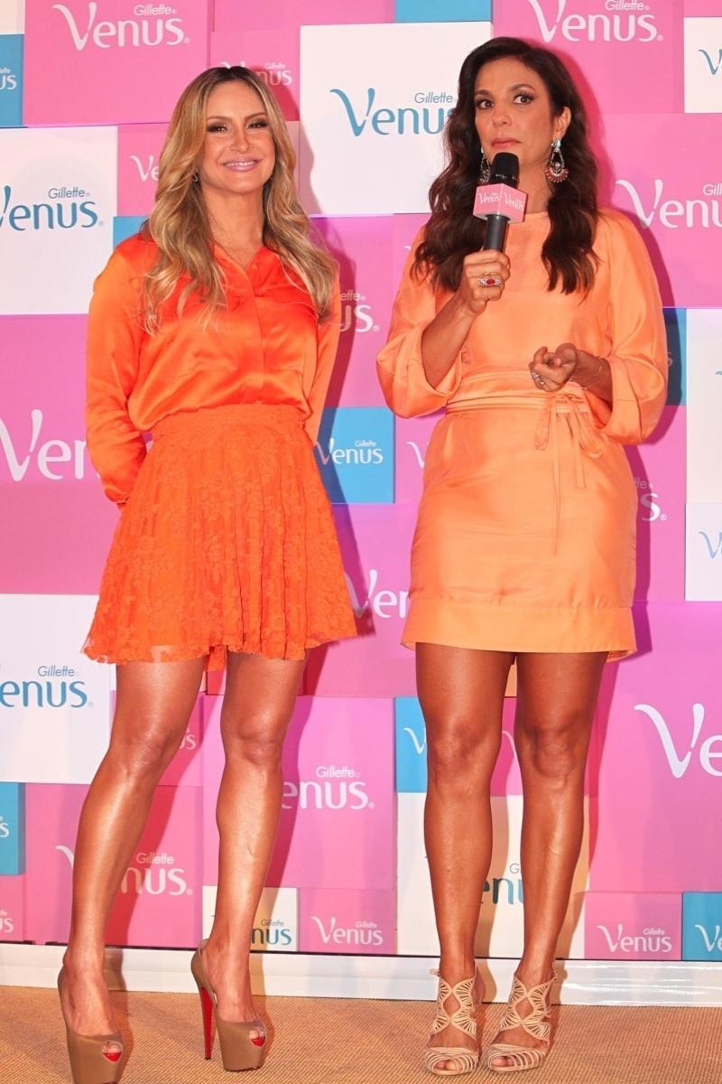 9.out.2013 - Com as pernas de fora, Claudia Leitte e Ivete Sangalo falam no lançamento de campanha de um produto de beleza, em São Paulo