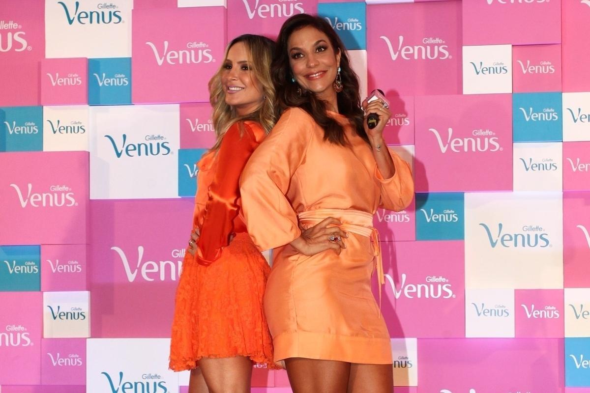 9.out.2013 - Com as pernas de fora, Claudia Leitte e Ivete Sangalo posam para fotos no lançamento de campanha de um produto de beleza, no WTC Hotel, em São Paulo
